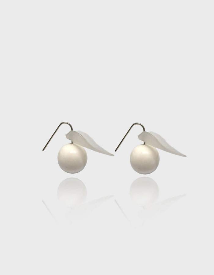 lebleu) white leaf earring
